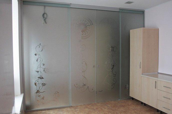 Стеклянные раздвижные двери (зонирование комнаты)