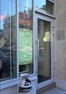 Двери в кафе из цельного стекла