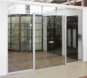 Входные двустворчатые стеклянные двери в Москве