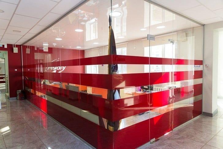 Окончание работ по установке стеклянных перегородок