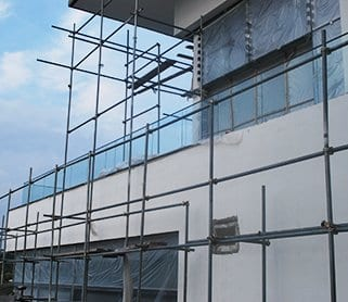 Успешная реализация проекта по установке стеклянных ограждений в загородном доме.