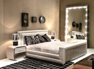Квадратное зеркало для спальни с подсветкой