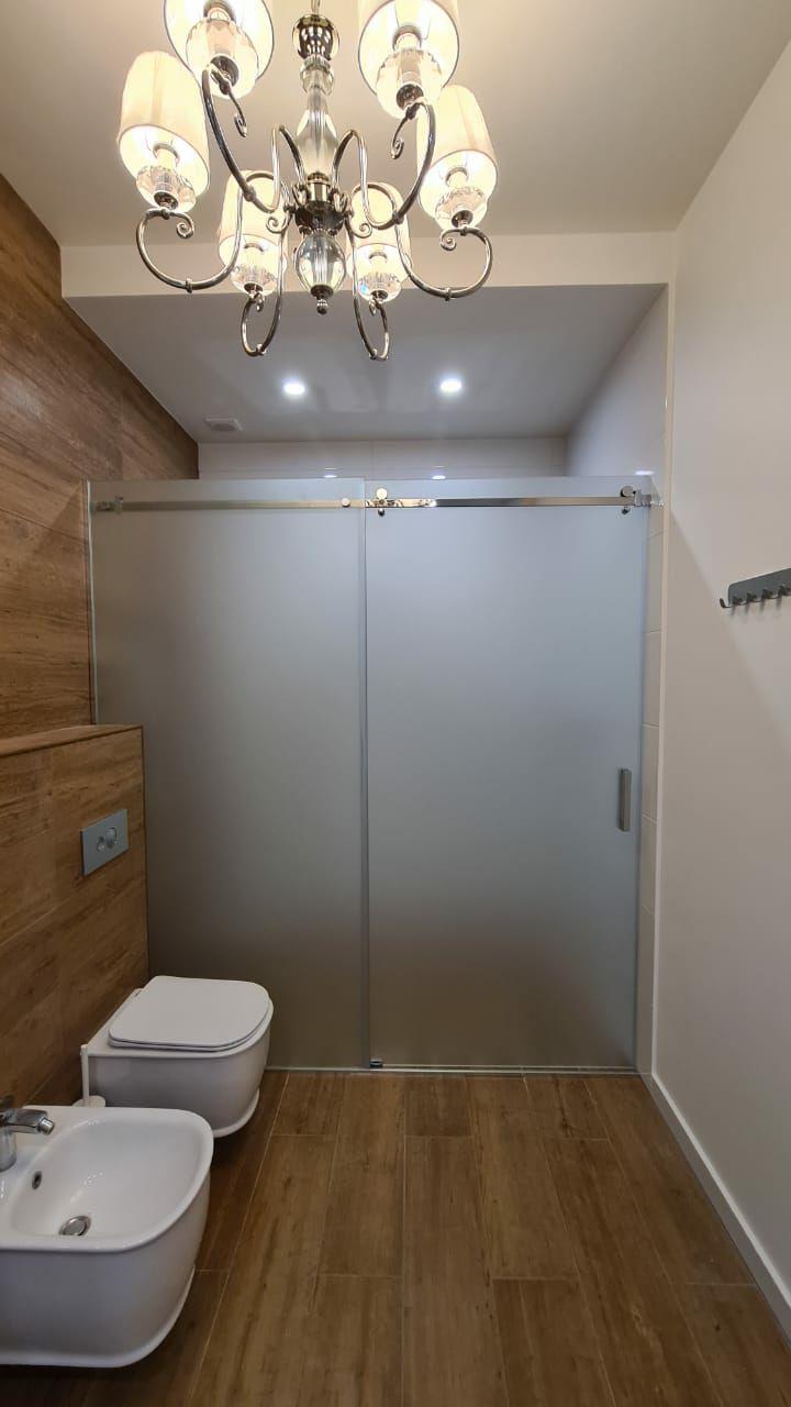 зонирование ванной комнаты матовым стеклянной раздвижной перегородкой