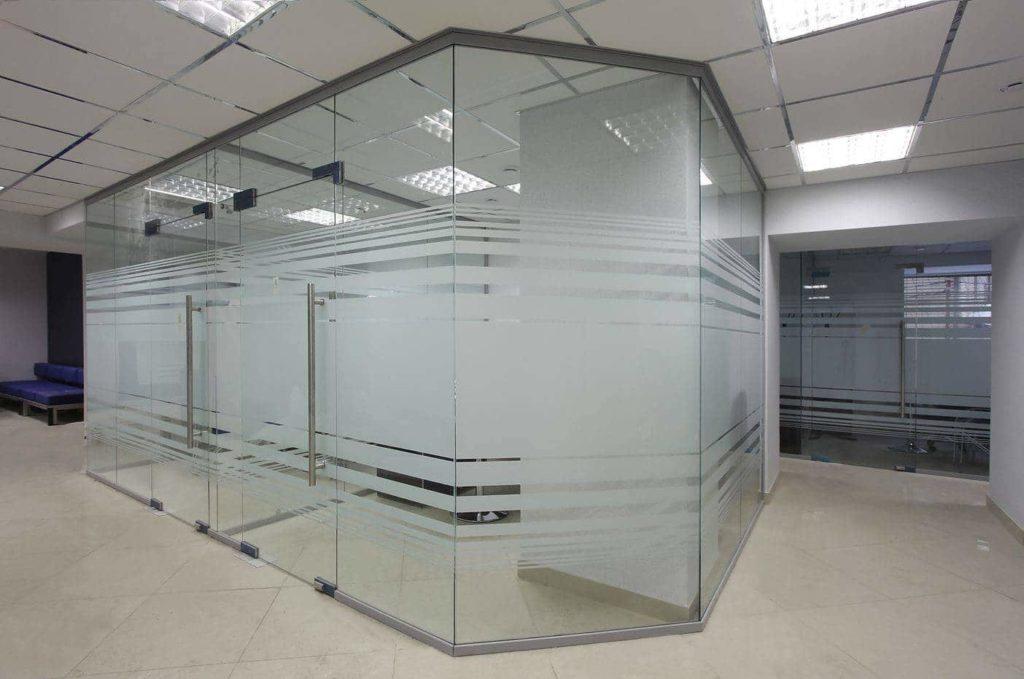 Магазинные перегородки из стекла