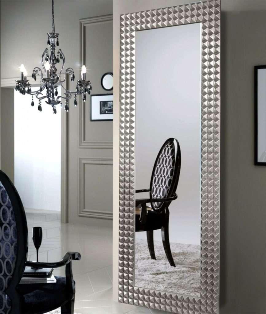 Прямоугольное зеркало в прихожей
