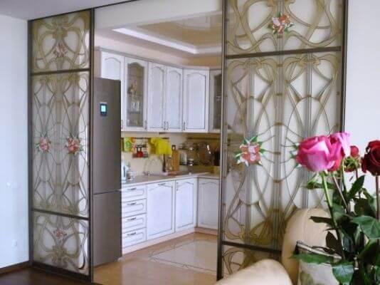 Витражное остекление дверей на кухне